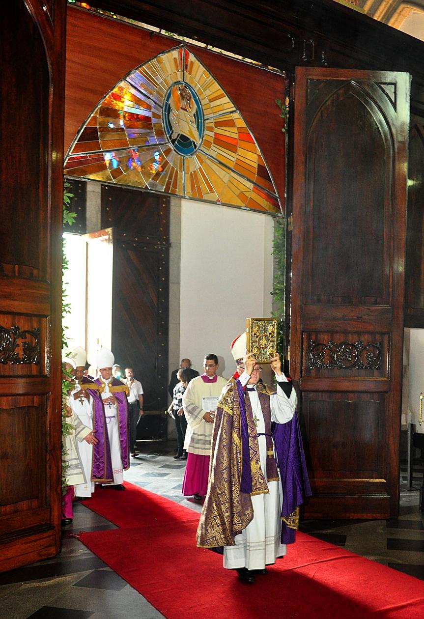 Porta santa do jubileu da miseric rdia aberta na - Immagini porta santa ...